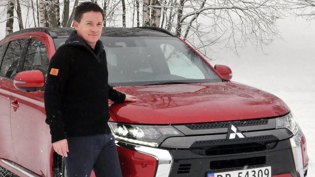 Vegard Werner foran en Mitsubishi Outlander PHEV.
