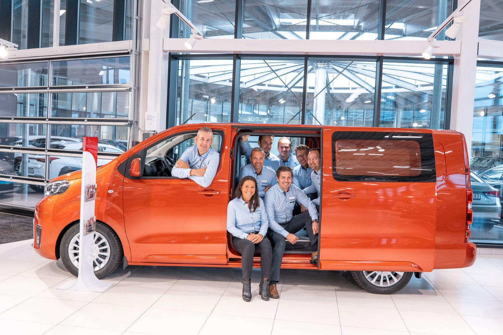 Gjengen fra Toyota Sørvest i en varebil fra Toyota